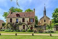 France, Cher (18), Apremont-sur-Allier, labellisé Plus Beaux Villages de France, rue du village en bordure de l'Allier et l'église