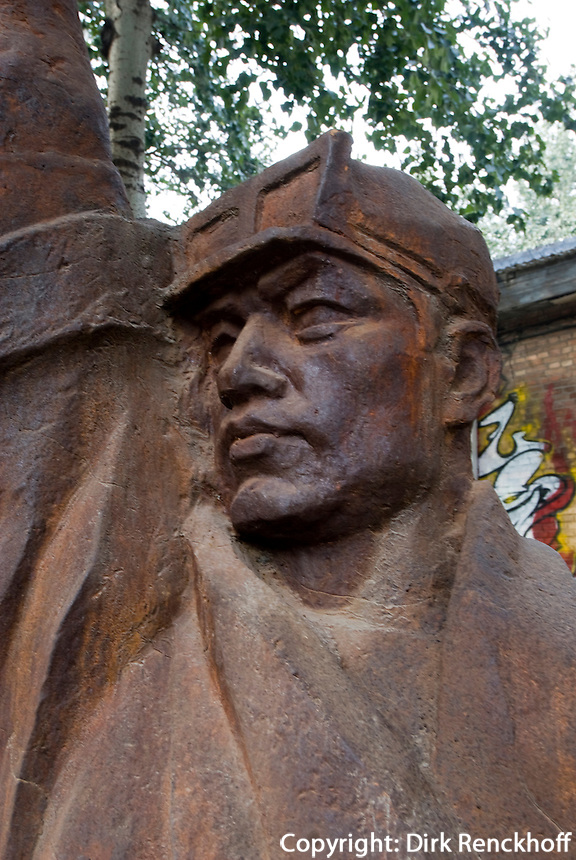 China, Peking (Beijing), Arbeiterdenkmal im Dashanzi Art District in ehemaligen Fabrikhallen, Jiuxianqiao Lu 4