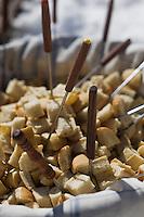 """Europe/France/Rhône-Alpes/74/Haute Savoie/Avoriaz: Les croutons de pain pour la fondue savoyarde chez  Christophe Leroy Chef Cuisinier de l'Hotel """"Les Dromonts"""" installé dans un immeuble en forme de pomme de pin de la station [Non destiné à un usage publicitaire - Not intended for an advertising use]"""