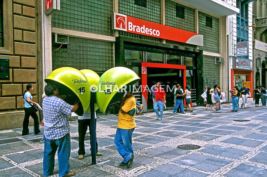 Serviços telefônico e bancário no centro de São Paulo. 2004. Foto de Juca Martins.