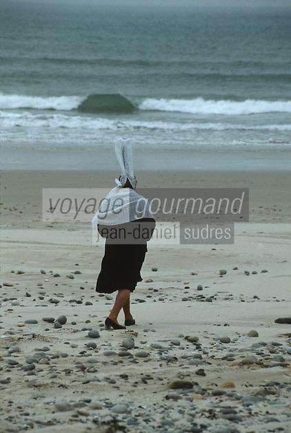 Europe/France/Bretagne/29/Finistère/Baie d'Audierne: bigoudène sur la grève
