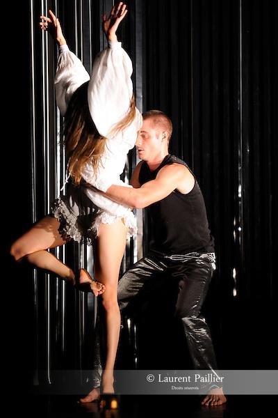 LA BELLE....Choregraphie : MARTIN GOUSSET Nasser..Compagnie : La maison..Decor : GOURY..Lumiere : MERAT Pascal..Costumes : HAMPE Sophie..Avec :..CALMELET Mathieu..LAGIER Axelle..SAJOUS Bruno..GASIGLIA Christelle..LE MAT Vanessa..Lieu : Theatre National de Chaillot..Ville : Paris..Le : 12 11 2009..© Laurent PAILLIER / photosdedanse.com