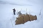 Bivouac dans la neige par -15°C. Groënland (côte Est). Région d'Angmagssalik (Ammasalik ou Tassilaq). Snow camping by -15°C. Greenland (East coast).