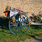 France, Aquitaine, Département Dordogne, Périgord, Périgueux:: Flowerpots hanging from blue cart | Frankreich, Aquitanien, Département Dordogne, Périgord, Périgueux: Blumenschmuck an altem Karren