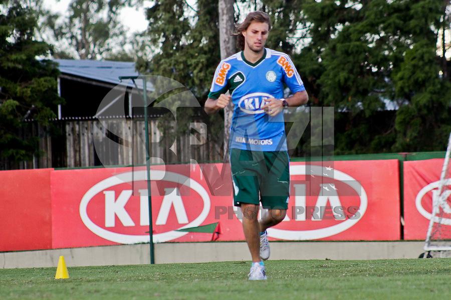 SÃO PAULO, 28 DE MARÇO 2013 - TREINO PALMEIRAS  - O jogador Henrique treino separado da equipe na tarde desta quinta-feira(28) na Academia de Futebol, zona oeste da capital - FOTO: LOLA OLIVEIRA/BRAZIL PHOTO PRESS
