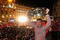 10.05.2014, Marienplatz, Muenchen, GER, 1. FBL, FC Bayern Muenchen Meisterfeier, im Bild Toni Kroos of Bayern Muenchen celebrates winning the German championship title Toni Kroos, // during official Championsparty of Bayern Munich at the Marienplatz in Muenchen, Germany on 2014/05/11. EXPA Pictures © 2014, PhotoCredit: EXPA/ Eibner-Pressefoto/ EIBNER<br /> <br /> *****ATTENTION - OUT of GER***** <br /> Football Calcio 2013/2014<br /> Bundesliga 2013/2014 Bayern Campione Festeggiamenti <br /> Foto Expa / Insidefoto