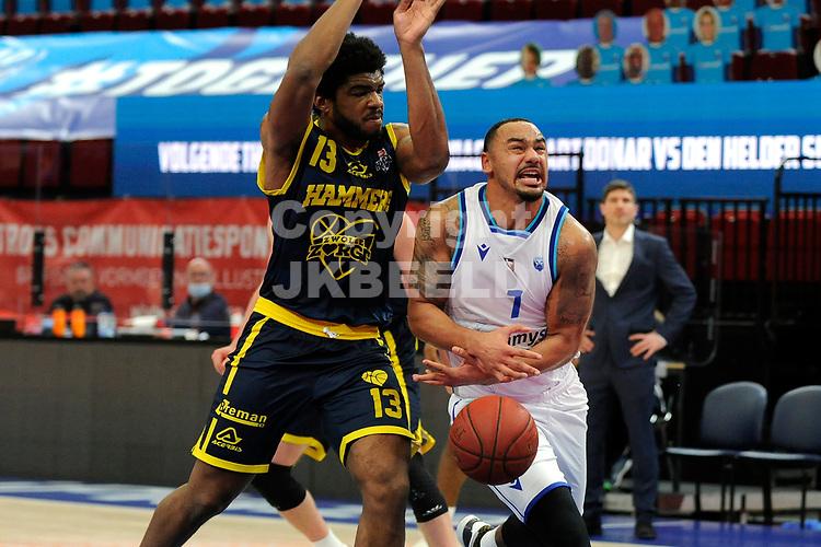 24-03-2021: Basketbal: Donar Groningen v Landstede Hammers: Groningen, Donar speler Davonte Lacy met Landstede speler Kayel Locke