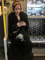 girl in a Berlin metro listening music Ragazza nella metropolitana di Berlino ascolta musica