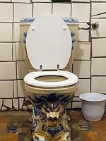 Von Hundertwasser gestaltete Toilette im Keller eines Geschäftes iin der Kegelgasse in Wien, Österreich<br /> Toilet designed by Hundertwasser in the basement of a shop, Kegelgasse, Vienna, Austria