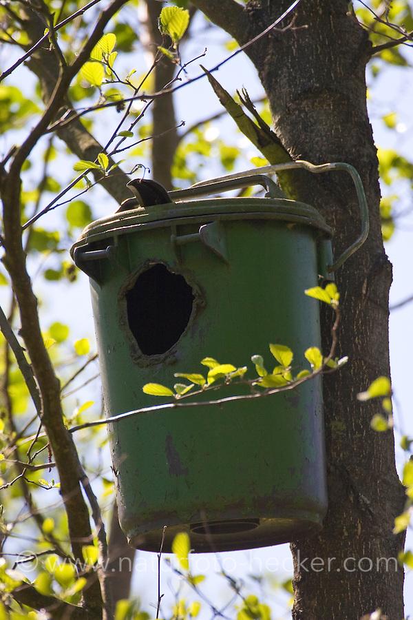 Nistkasten für Waldkauz, Eulenkasten, ehemalige Mülltonne umgebaut und hoch in Baum gehängt