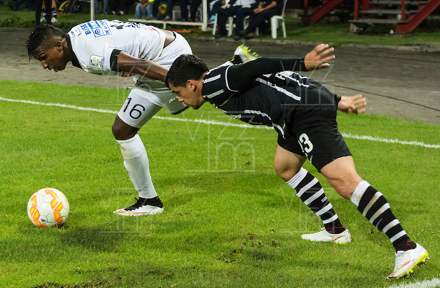 MANIZALES- COLOMBIA - 11-02-2015: Johan Arango (Izq) jugador de Once Caldas, disputa el balón con Fagner (Der) jugador del Corinthians, durante partido de vuelta entre Once Caldas de Colombia y Corinthians de Brasil por la primera fase, repechaje 6, de la Copa Bridgestone Libertadores en el estadio Palogrande, de la ciudad de Manizales. / Johan Arango (L) player of Once Caldas, vies for the ball with Fagner (R) player of Corinthians, during a match for the second leg between Once Caldas of Colombia and Corinthians of Brasil for the first phase, playoff 6, of the Copa Bridgestone Libertadores in the Palogrande stadium in Manizales city. Photos: VizzorImage / Kevin Toro / Cont