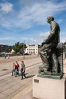 Norwegen, Oslo, Bronzefigur vor dem Rathaus, Rådhusplassen