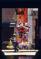 Verkäufer von Luftballons vor einem hauseingang, Querétaro, Mexiko, Nordamerika