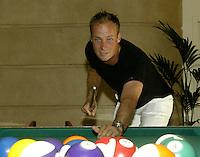 20030604, Paris, Tennis, Roland Garros, Martin Verkerk vermaakt zich met een partijtje pool op zijn vrije dag in Parijs