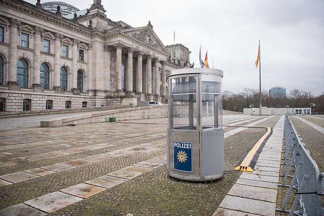Ein Pavillon der Polizei steht vor dem Reichstagsgebaeude, Sitz des Deutschen Bundestag.<br /> 28.1.2021, Berlin<br /> Copyright: Christian-Ditsch.de