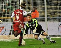 Cercle Brugge KSV - KV Kortrijk : doelman Bram Verbist wint het duel met Ernest Nfor.foto VDB / BART VANDENBROUCKE