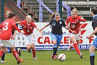 UEFA Women's Under 17 Championship - Second Qualifying round - group 1 : England - Switzerland : .Olivia Fergusson aan de bal tussen Audrey Wuichet (18) en Alessandra Abbuhl (links)..foto DAVID CATRY / Vrouwenteam.be