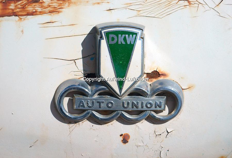 DKW Auto Union : EUROPA, DEUTSCHLAND, HAMBURG, (EUROPE, GERMANY), 16.01.2014: DKW Auto Union, altes Zeichen der Autofirma DKW Auto Union an einer verrosteten Motorhaube