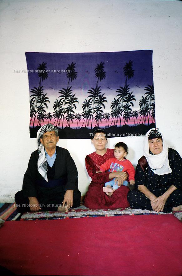 Irak 2000.Une famille de déplacés au camp de Beneslawa, prés d'Erbil.    Iraq 2000.Displaced family in Beneslawa camp