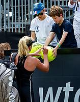 Den Bosch, Netherlands, 16 June, 2018, Tennis, Libema Open, CoCo Vanderweghe (USA) signing autographs<br /> Photo: Henk Koster/tennisimages.com