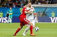 KAZAN - RUSIA, 20-06-2018: Vahid AMIRI (Izq) jugador de RI de Irán disputa el balón con Sergio RAMOS (C) (Der) jugador de España durante partido de la primera fase, Grupo B, por la Copa Mundial de la FIFA Rusia 2018 jugado en el estadio Kazan Arena en Kazán, Rusia. /  Vahid AMIRI (L) player of IR Iran fights the ball with Sergio RAMOS (C) (R) player of Spain during match of the first phase, Group B, for the FIFA World Cup Russia 2018 played at Kazan Arena stadium in Kazan, Russia. Photo: VizzorImage / Julian Medina / Cont