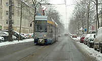 Erneuter Schneefall - der Winter ist zurück - Blick auf Straßenbahn auf der Käthe-Kollwitz-Straße aufgenommen am 12.03.2013 . Foto: Norman Rembarz