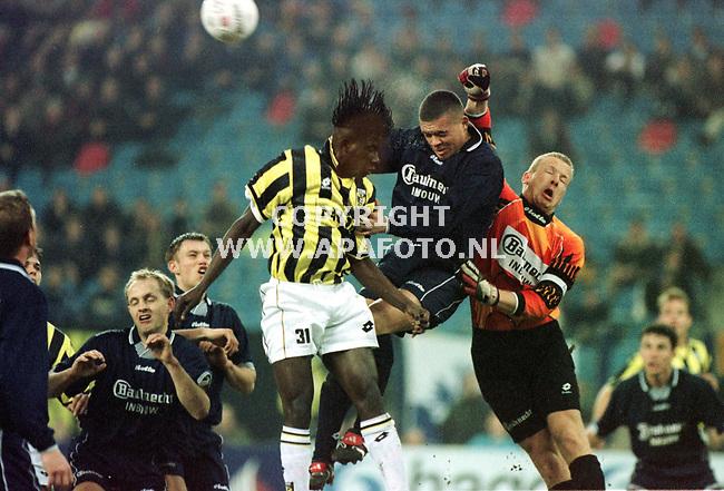 Arnhem,06-03-99  Foto:Koos Groenewold (APA)<br />Fortuna Sittard keeper Arno van Zwam redt voordat Mamadou Zongo (31) van Vitesse gevaarlijk kan worden.