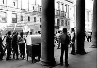 Grevistes devant le siege social de la CTCUM, rue Saint-Antoine, le 4 juillet 1973<br /> <br /> PHOTO : Alain Renaud<br />  - Agence Quebec Presse