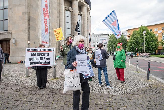 """Am Samstag den 16. Mai 2020 demonstrierten in Berlin an mehreren Orten linke und antifaschistische Organisationen wie die """"Omas gegen Rechts"""", die """"Vereinigung der Verfolgten des Naziregimes/Bund der Antifaschisten"""" (VVN/BdA) und """"Berlin gegen Rechts"""" gegen sog. """"Hygiene-Demonstrationen"""", welche sich gegen die Einschraenkungen zur Eindaemmung der Covid-19-Pandemie richten. An diesen """"Hygiene-Demonstrationen"""" nehmen Verschwoerungsanhaenger, Hooligans, Neonazis und andere Rechte teil.<br /> Im Bild: Antifaschistischer Protest auf dem Rosa Luxemburg-Platz. Hier findet sonst eine """"Hygiene-Demonstration"""" statt. In der Bildmitte die Aktivistin Irmela Mensah-Schramm.<br /> 16.5.2020, Berlin<br /> Copyright: Christian-Ditsch.de<br /> [NUR FUER REDAKTIONELLE ZWECKE! Werbung nur auf Anfrage beim Fotografen. Inhaltsveraendernde Manipulation des Fotos nur nach ausdruecklicher Genehmigung des Fotografen. Vereinbarungen ueber Abtretung von Persoenlichkeitsrechten/Model Release der abgebildeten Person/Personen liegen nicht vor. NO MODEL RELEASE! Don't publish without copyright Christian-Ditsch.de, Veroeffentlichung nur mit Fotografennennung, sowie gegen Honorar, MwSt. und Beleg. Konto: I N G - D i B a, IBAN DE58500105175400192269, BIC INGDDEFFXXX, Kontakt: post@christian-ditsch.de<br /> Bei der Bearbeitung der Dateiinformationen darf die Urheberkennzeichnung in den EXIF- und  IPTC-Daten nicht entfernt werden, diese sind in digitalen Medien nach §95c UrhG rechtlich geschuetzt. Der Urhebervermerk wird gemaess §13 UrhG verlangt.]"""