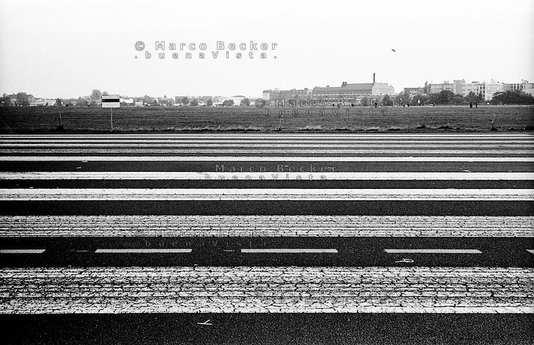 Berlino, Tempelhof. Pista dell'ex aeroporto riqualificato a parco pubblico --- Berlin, Tempelhof. Runway of former airport requalified to public park
