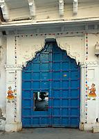 bemalter Hauseingang in Udaipur , Rajasthan, Indien