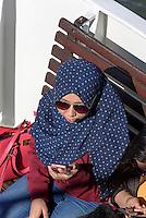 Frau mir Kopftuch, Fähre im Südhafen, Helsinki, Finnland