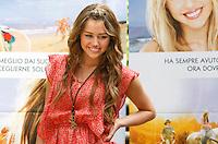 """L'attrice statunitense Miley Cyrus posa durante un photocall per la presentazione del film """"Hannah Montana: The movie"""" a Roma, 20 aprile 2009..U.S. actress Miley Cyrus poses during a photocall for the presentation of the movie """"Hannah Montana: The movie"""" in Rome, 20 april 2009..UPDATE IMAGES PRESS/Riccardo De Luca"""