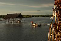 Ilha dos Guarás (Mariteua) na Resex Mãe Grande de Curuçá, onde os pescadores pernoitam  e logo ao amanhecer saem para mais um dia de trabalho no litoral do Pará, na foz do rio Amazonas. Os pescadores chegam a capturar cerca de 200 quilos de pescado por dia entre: piramutabas, sardinhas, filhotes, pescada amarela, robalo e tainhas.<br /> Curuçá, Pará, Brasil.<br /> Foto: Paulo Santos<br /> 17/05/2009