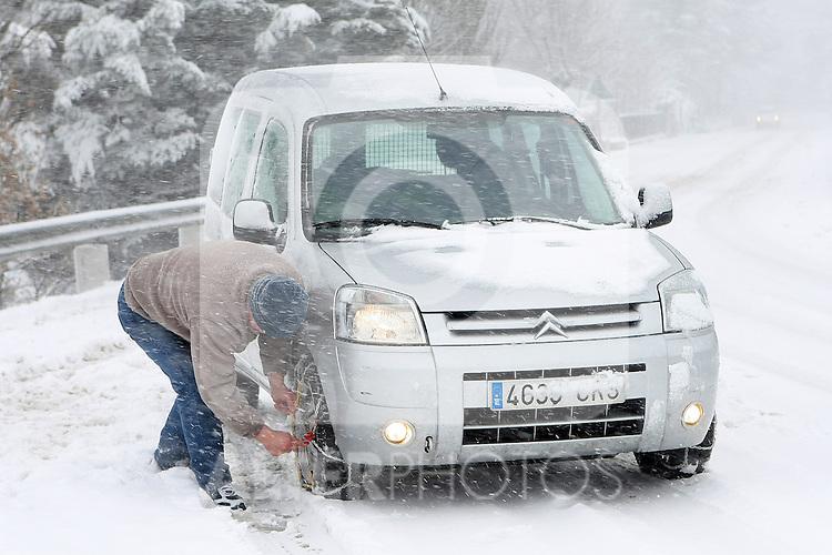 Temporal de nieve en la comunidad de Madrid. En la foto Navacerrada y Puerto de Navacerrada.Un conductor coloca las cadenas en su coche...(ALTERPHOTOS/Acero).