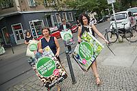 Die Berliner Gruenen starteten am Samstag den 30 Juli 2016 in den Straßen-Wahlkampf zur Agbeordnetenhauswahl im September 2016.<br /> Die Landesvorsitzenden Daniel Wesener (hinten rechts) und Bettina Jarasch (vorne rechts) sowie die Fraktionsvorsitzenden Ramona Pop (hinten links) und Antje Kapek (vorne links) haengten im Prenzlauer Berg Wahlplakate auf.<br /> 30.7.2016, Berlin<br /> Copyright: Christian-Ditsch.de<br /> [Inhaltsveraendernde Manipulation des Fotos nur nach ausdruecklicher Genehmigung des Fotografen. Vereinbarungen ueber Abtretung von Persoenlichkeitsrechten/Model Release der abgebildeten Person/Personen liegen nicht vor. NO MODEL RELEASE! Nur fuer Redaktionelle Zwecke. Don't publish without copyright Christian-Ditsch.de, Veroeffentlichung nur mit Fotografennennung, sowie gegen Honorar, MwSt. und Beleg. Konto: I N G - D i B a, IBAN DE58500105175400192269, BIC INGDDEFFXXX, Kontakt: post@christian-ditsch.de<br /> Bei der Bearbeitung der Dateiinformationen darf die Urheberkennzeichnung in den EXIF- und  IPTC-Daten nicht entfernt werden, diese sind in digitalen Medien nach §95c UrhG rechtlich geschuetzt. Der Urhebervermerk wird gemaess §13 UrhG verlangt.]
