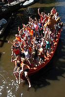 AMSTERDAM-HOLANDA- Botes navegando por los canales de agua de la ciudad durante el día de la Reina. En la imagen un bote lleno de mujeres disfruta la fiesta./ Boats sailing the waterways during the Queen's day. In the picture a group of women enjoy the party.  Photo: VizzorImage/STR