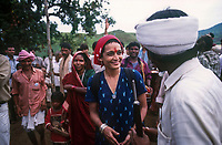 INDIA, state Madhya Pradesh, Narmada river and dams, tribal village Domkhedi, rally with writer Arundhati Roy and Adivasi against big dams / INDIEN, Narmada Fluss und Staudaemme, Dorf Domkhedi, Demonstration von Arundhati Roy und Adivasi gegen Staudaemme