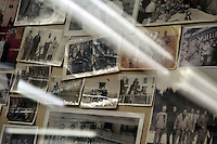Gaetano lavora ancora nello stesso negozio: per mantenere la memoria di quelle vittime racconta, a chi vuol ascoltare, di quei giorni, di quegli anni, di quella guerra. Alle pareti ha attaccato tante immagini di quei dolori, immagini in bianco e nero che servono per non dimenticare..Gaetano Bordoni, barber in San Lorenzo district of Rome. .It was July 19 1943, Gaetano was 11 years old and he's learning the job. .The U.S. Army bombing completely San Lorenzo..Gaetano still works in the same store. .He tells to whoever would listen, to those days, those years of that war, To keep the memory of those victims..He has attacked on the wall so many pictures of those pains, black and white images that are used to not forget...