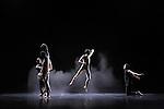 Opal Loop/Cloud installation #72503 (1980)<br /> <br /> Chorégraphie Trisha Brown<br /> Scénographie Fujiko Nakaya<br /> Costumes Judith Shea<br /> Lumière Beverly Emmons<br /> Environnement sculptural, réalisation Julie Martin<br /> Avec : Elena Demyanenko, Tamara Riewe, Nicholas Strafaccia, Samuel Wentz, Dai Jian, Leah Morrison<br /> Le 02/10/2011<br /> Théâtre de Chaillot<br /> Paris<br /> © Laurent Paillier / photosdedanse.com