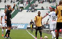 MANIZALES - COLOMBIA, 14-03-2015: Luis Trujillo (Izq) arbitro muestra la tarjeta amarilla a Johan Arango (Der) del Once durante el partido entre Once Caldas y Aguilas Pereira por la fecha 10 de la Liga de Aguila I 2015 en el estadio Palogrande en la ciudad de Manizales. / Luis Trujillo (L) referee swows the yellow card to Johan Arango (R)player of Once during a match between Once Caldas and Aguilas Pereira for the date 10 of the Liga de Aguila I 2015 at the Palogrande stadium in Manizales city. Photo: VizzorImage / Santiago Osorio / Str