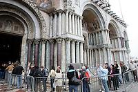 Turisti in fila per entrare nella Basilica di San Marco a Venezia.<br /> Tourists in a queue outside the Patriarchal Cathedral Basilica of St. Mark in Venice.<br /> UPDATE IMAGES PRESS/Riccardo De Luca