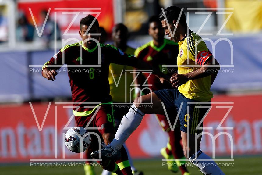 RANCAGUA- CHILE - 14-06-2015:Radamel Falcao Garcia (Der.) jugador de Colombia, disputa el balón con Tomas Rincon (Izq.) jugador de Venezuela durante partido Colombia y Venezuela, por la fase de grupos, Grupo C, de la Copa America Chile 2015, en el estadio El Teniente en la Ciudad de Rancagua. / Radamel Falcao Garcia (R) player of Colombia, vies for the ball with Tomas Rincon (L) player of Venezuela, during a match between Colombia and Venezuela for the group phase, Group C, of the Copa America Chile 2015, in the El Teniente stadium in Rancagua city. Photos: VizzorImage /  Photosport / Marcelo Hernandez/ Cont.