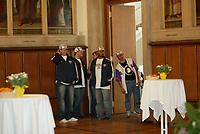 Die ersten Spieler betreten zaghaft den Kaisersaal