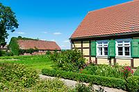 Fachwerkhaus, Vorgarten mit Blumen, Neulieitzegöricke, ältestes Kolonistendorf im Oderbruch, Neulewin, Oderbruch, Brandenburg, Deutschland