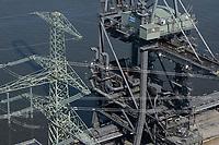 Germany, Hamburg, Vattenfall coal power station Moorburg, switched off in july 2021 as part of german coal exit / DEUTSCHLAND, Hamburg, Vattenfall Kohlekraftwerk Moorburg, in Betriebnahme 2015, letzter Betrieb vor endgültiger Abschaltung im Juli 2021, Kohleentladestelle von Schiffen, Förderkran und Förderbandbrücken