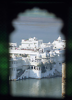 """Asie/Inde/Rajasthan/Udaipur: Le """"City Palace"""" palais du roi sur le lac Pichola (D'une longueur de près de 500M, ce vaste ensemble de marbre et de granit fut érigé à partir du règne d'Udai Singh (1537-1572) fondateur de la ville) - vue depuis le """"City Palace"""" sur le lac"""