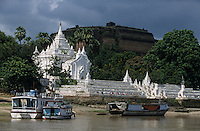"""Asie/Birmanie/Myanmar/Haute Birmanie/Mingun: Le port sur l'Irrawaddy, le temple """"Settawya"""" et le """"tas de briques"""" Bodawpaya pagode de Mingun"""