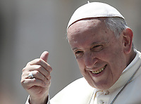 Papa Francesco saluta i fedeli al termine dell'udienza generale del mercoledi' in Piazza San Pietro, Citta' del Vaticano, 13 giugno, 2018.<br /> Pope Francis waves to faithful as he leaves at the end of his weekly general audience in St. Peter's Square at the Vatican, on June 13, 2018.<br /> UPDATE IMAGES PRESS/Isabella Bonotto<br /> <br /> STRICTLY ONLY FOR EDITORIAL USE