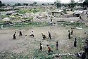 Irak 1992  Dans les ruines d'Halabja, enfants jouant au football   Iraq 1992  Halabja in ruins: children playing football in the ruins of the town